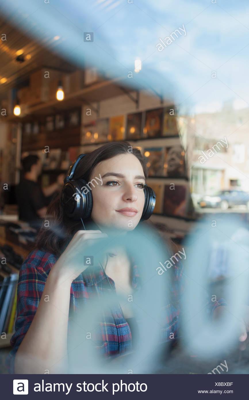 Jeune femme portant un casque. Photo Stock