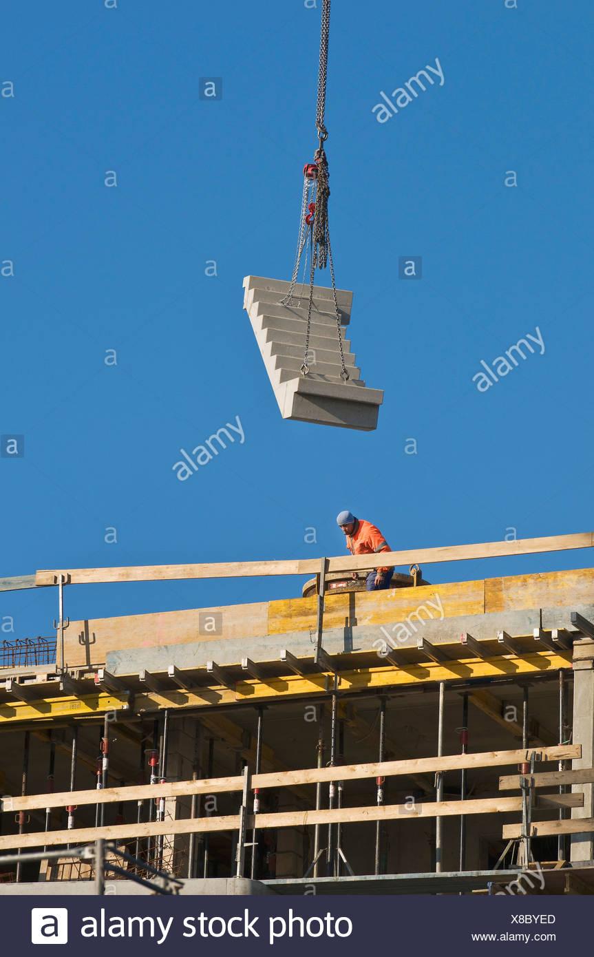 Site de construction, escaliers préfabriqués sont levées sur le site d'installation par grue, Bonn, Rhénanie du Nord-Westphalie, PublicGround Photo Stock