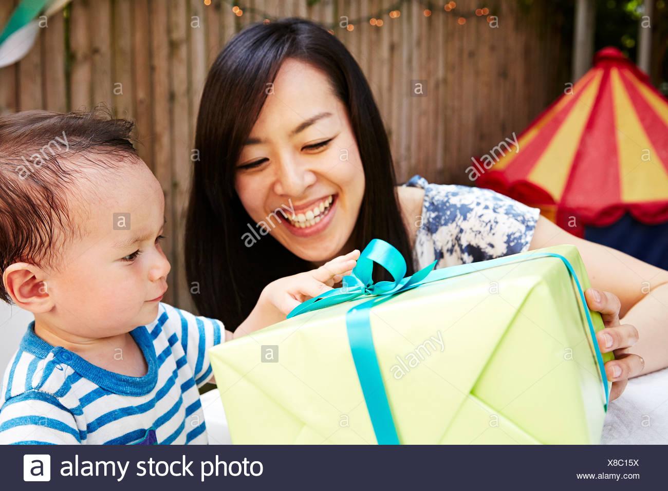Mother Baby Boy un cadeau d'anniversaire Photo Stock