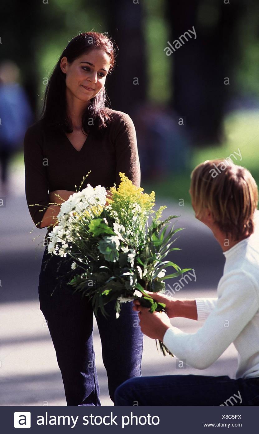 Parc Couple Jeune Homme Bouquet Excusez Moi Femme Jouer Du