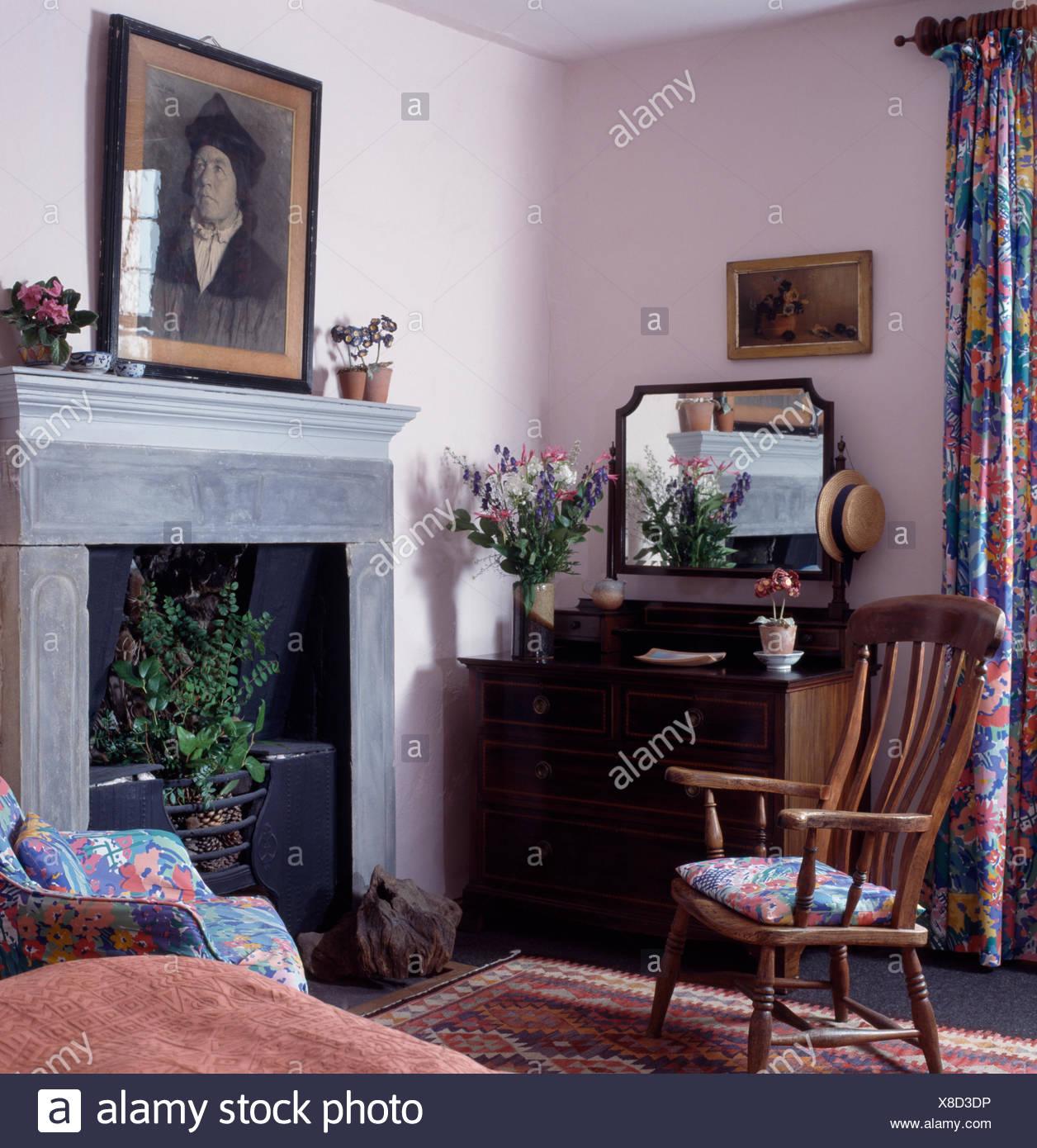 Noir +blanc Au Dessus De Cheminée Simple Cottage Chambre Avec Meubles  Anciens Windsor Chaise à Côté De La Poitrine De Tiroirs