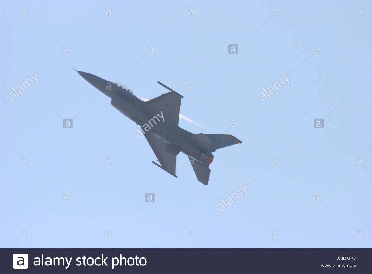 F-16 Fighting Falcon de faire une montée avec afterburner sur à Abbotsford International Air Show 2006 Banque D'Images