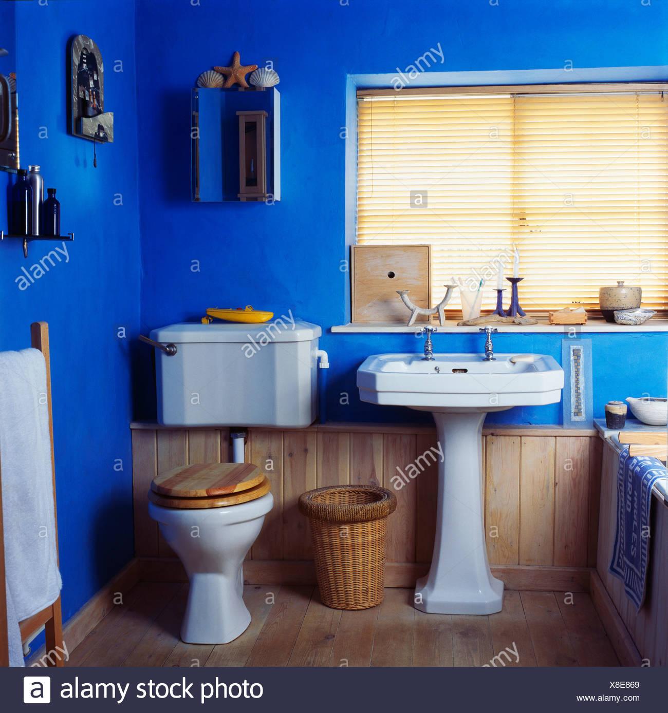 Blanc à côté du bassin de toilettes dans salle de bains ...