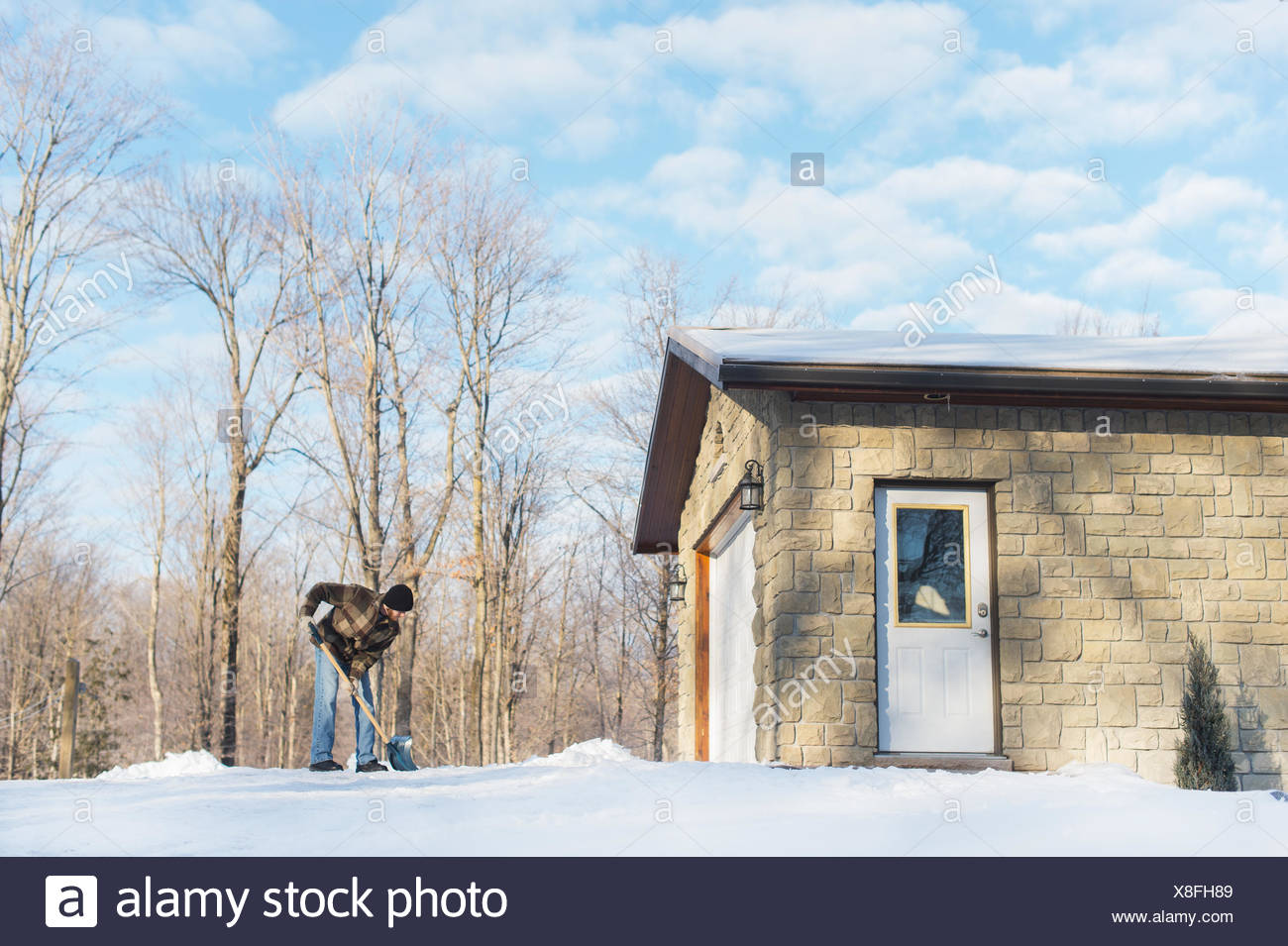 Homme de pelleter de la neige, Young's Point, Ontario, Canada Photo Stock