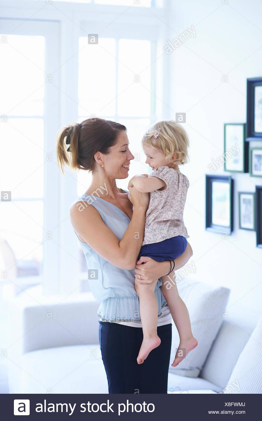 Mid adult woman and toddler fille dans la salle de séjour Photo Stock