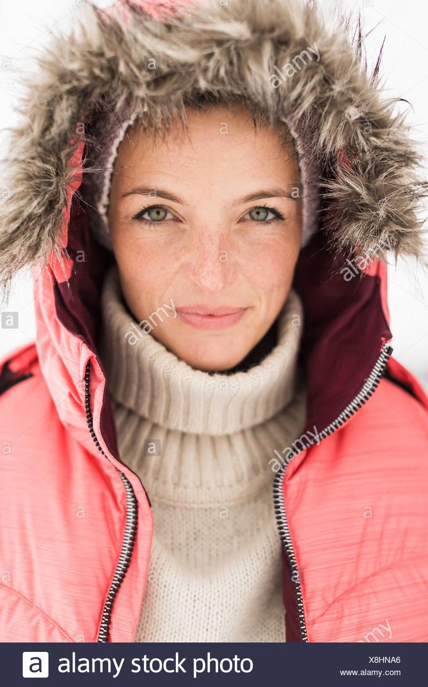 Portrait de femme portant veste de ski rose avec capuche Photo Stock