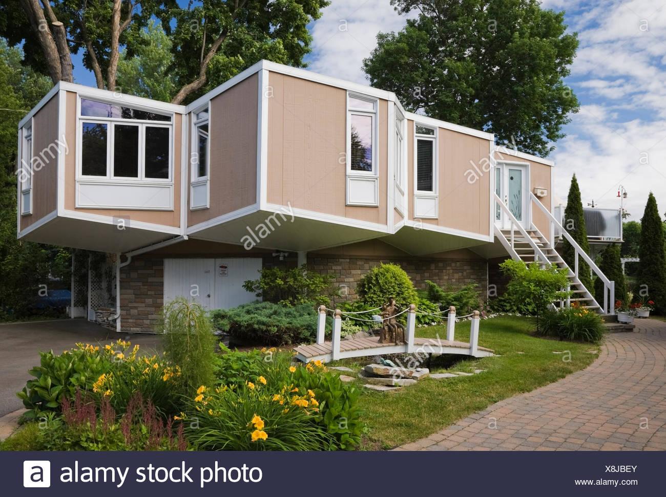 Beige Et Blanc Style Cube Moderne Maison Avec Cour Avant Paysagée En été,  Québec, Canada