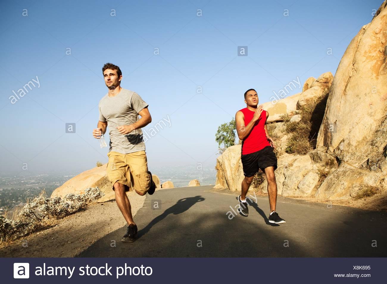 Deux amis chemin de montagne Photo Stock