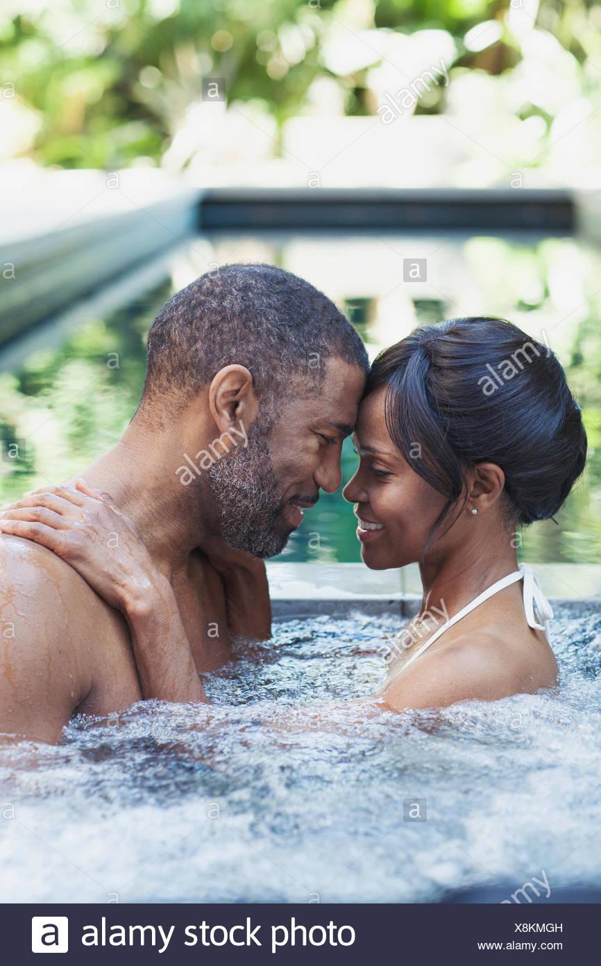 Couple s'approcher dans un bain à remous Photo Stock