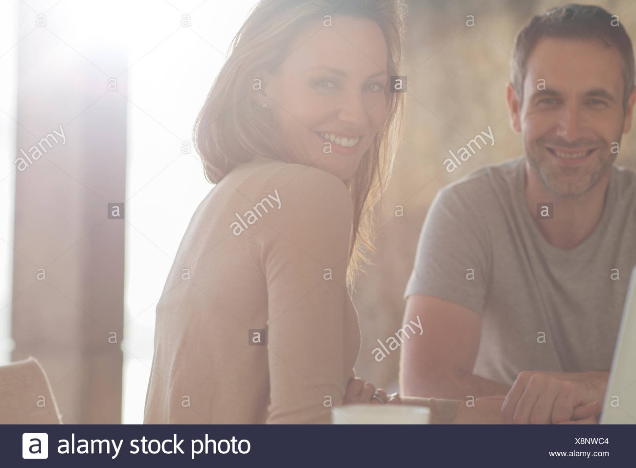 Couple smiling at table de petit déjeuner Photo Stock