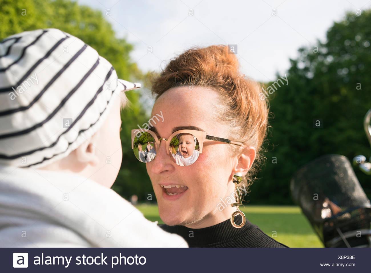 La Suède, Stockholm, Malmö, femme portant des lunettes avec baby boy (18-23 mois) in park Photo Stock