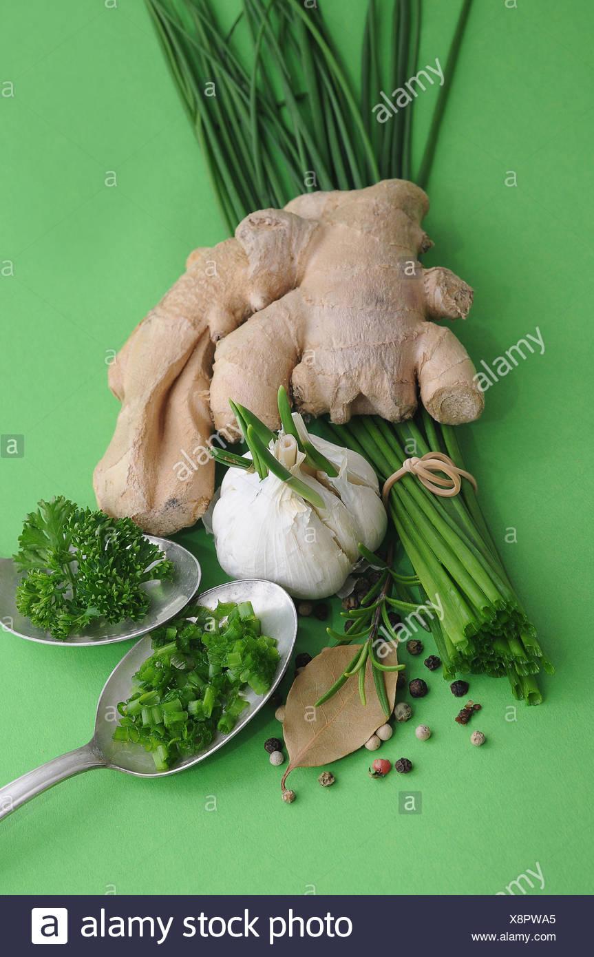Les herbes et épices, le gingembre, la ciboulette, l'ail, romarin, persil, poivre, laurier Photo Stock
