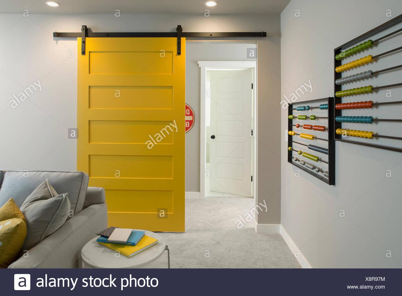 Porte Coulissante En Chambre Jaune Banque D Images Photo