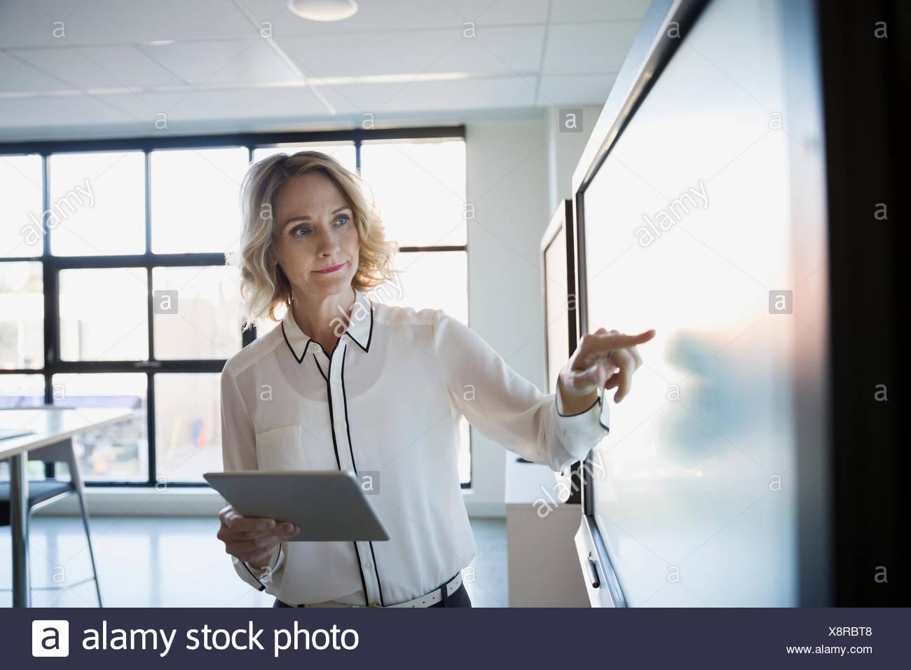 Businesswoman laptop écran tactile à l'aide de la salle de conférence Photo Stock