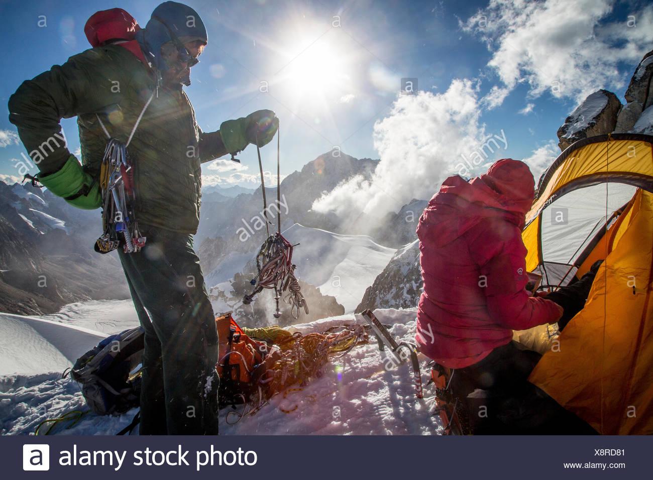 Les alpinistes vérifier leurs engins lors d'une expédition au sommet mondial Hkakabo Razi. Photo Stock