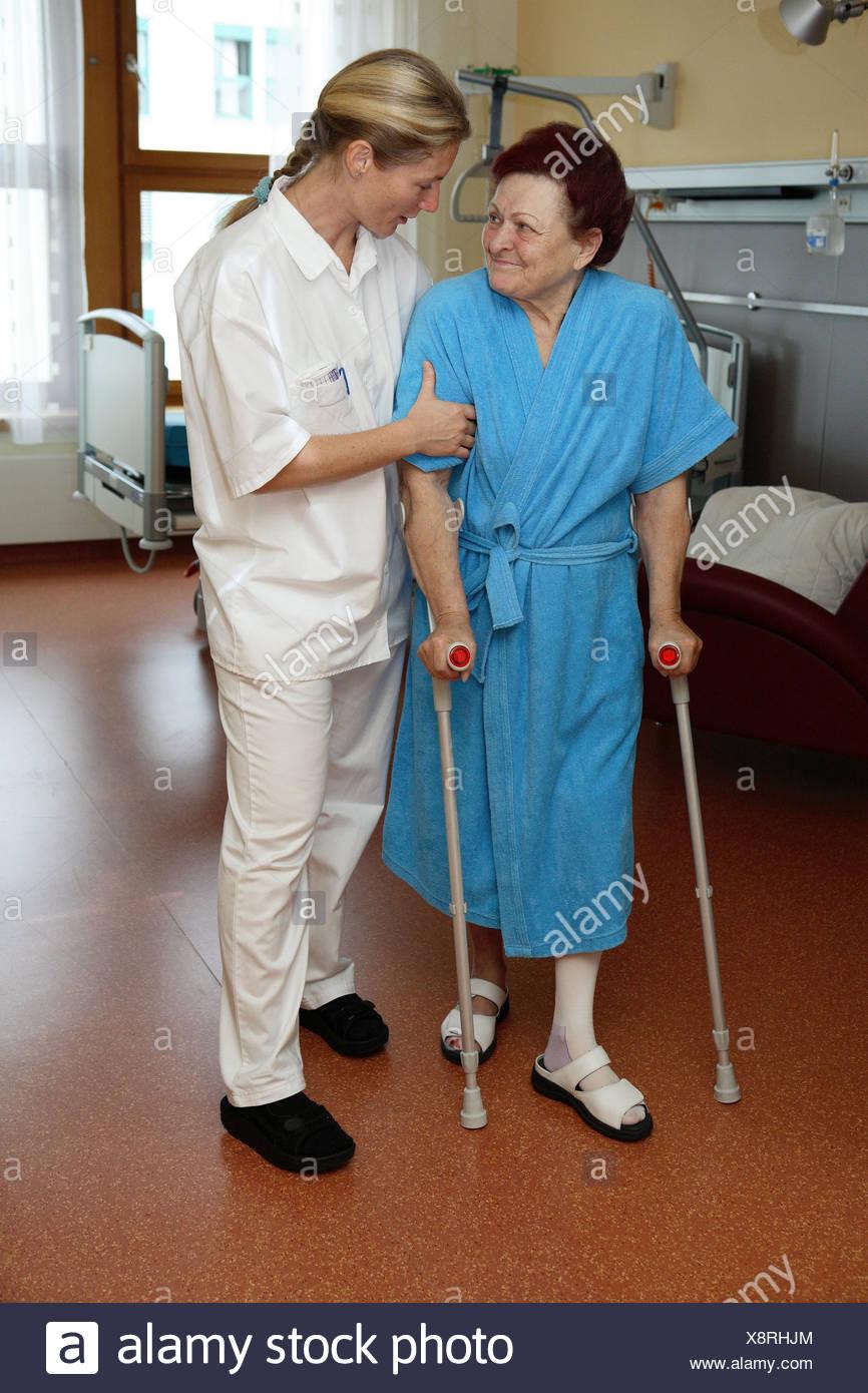 Clinique, physiothérapeute, patient, senior, béquilles, besoin de soins, de plomb, de l'aide, à la pratique, le contact avec les yeux, la médecine, la station de la personne malade, Ward, l'occupation, une maison de soins infirmiers, soins infirmiers, professions, les femmes, les deux, les soins infirmiers-misère, vieux, peignoir, infirmière, infirmière, infirmière de la force, du personnel infirmier, la pratique, former, soutenir, support, aide, allocation, soins, soins, convalescense, la guérison, la réadaptation, les personnes âgées, l'accompagnement, l'ensemble du corps, à l'intérieur, Photo Stock