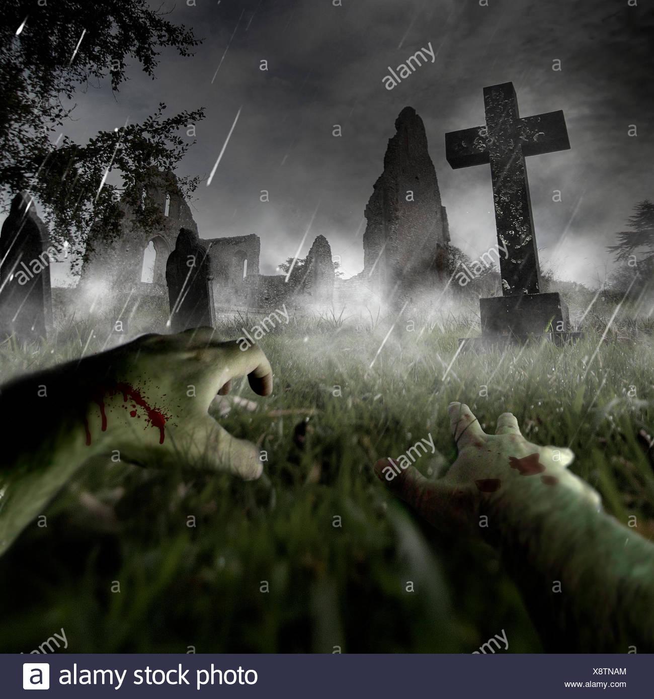 Zombie mains sur cimetière Photo Stock