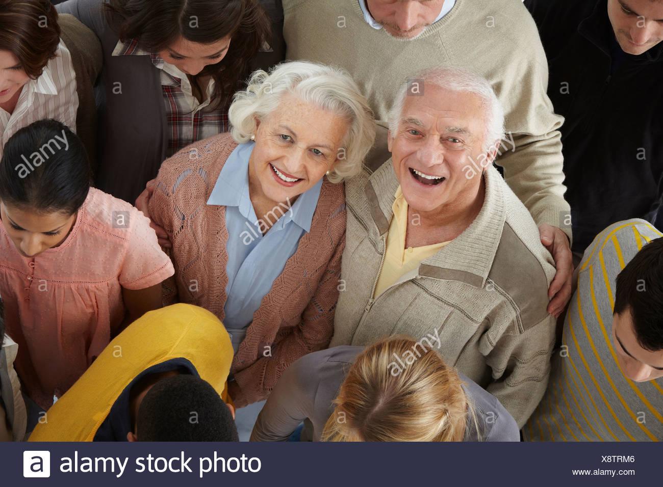 Portrait de groupe de personnes looking at camera, high angle Banque D'Images
