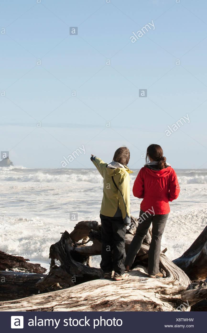 Deux femmes sur la houle massive dans l'océan Pacifique. Photo Stock