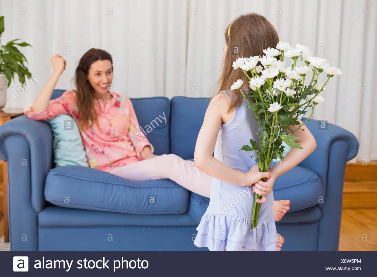 Fille mère surprenant avec des fleurs Photo Stock