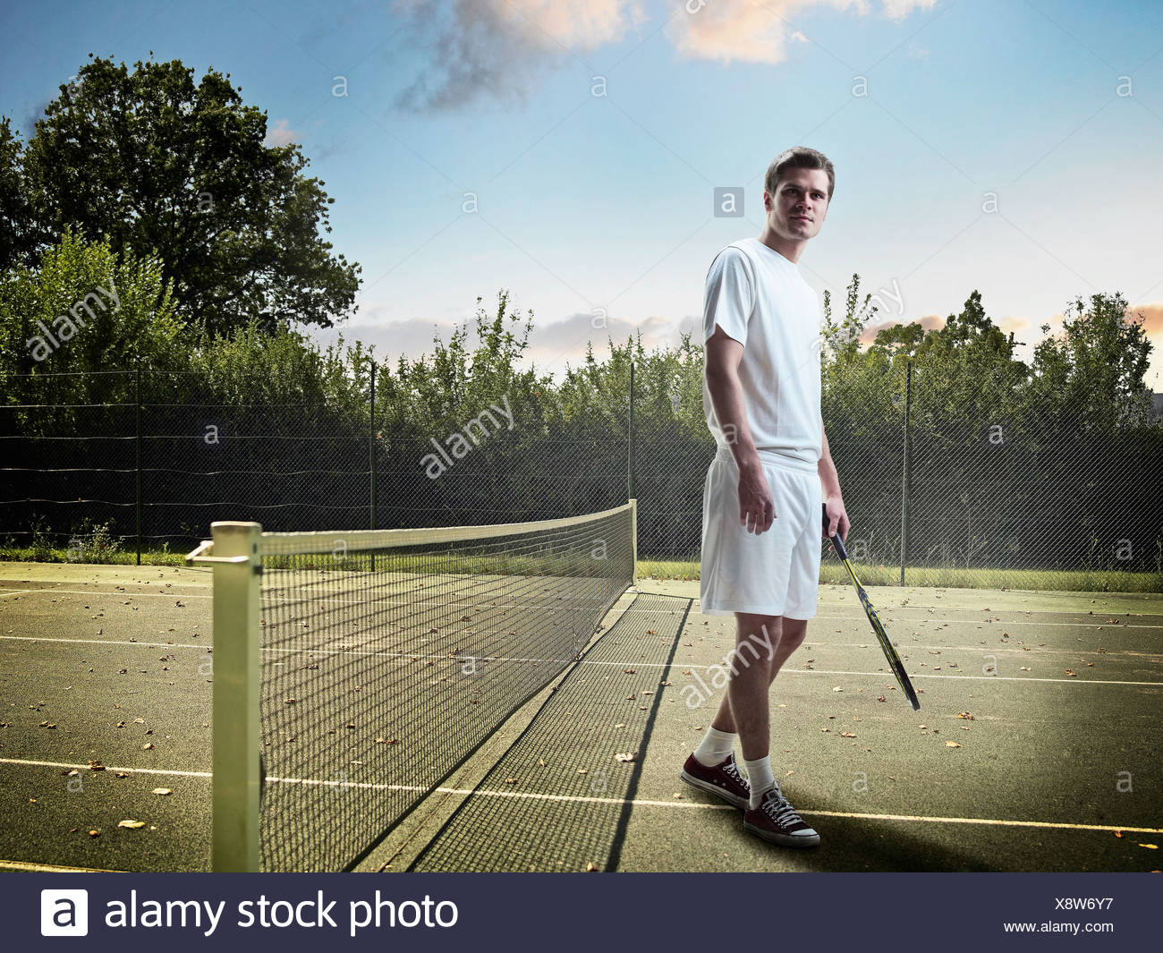 Homme debout sur un court de tennis Photo Stock