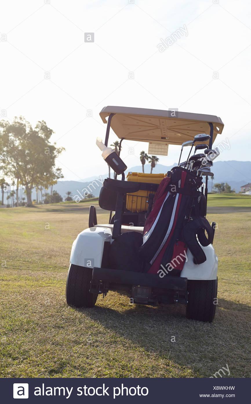 Garé voiture de golf sur le green Photo Stock