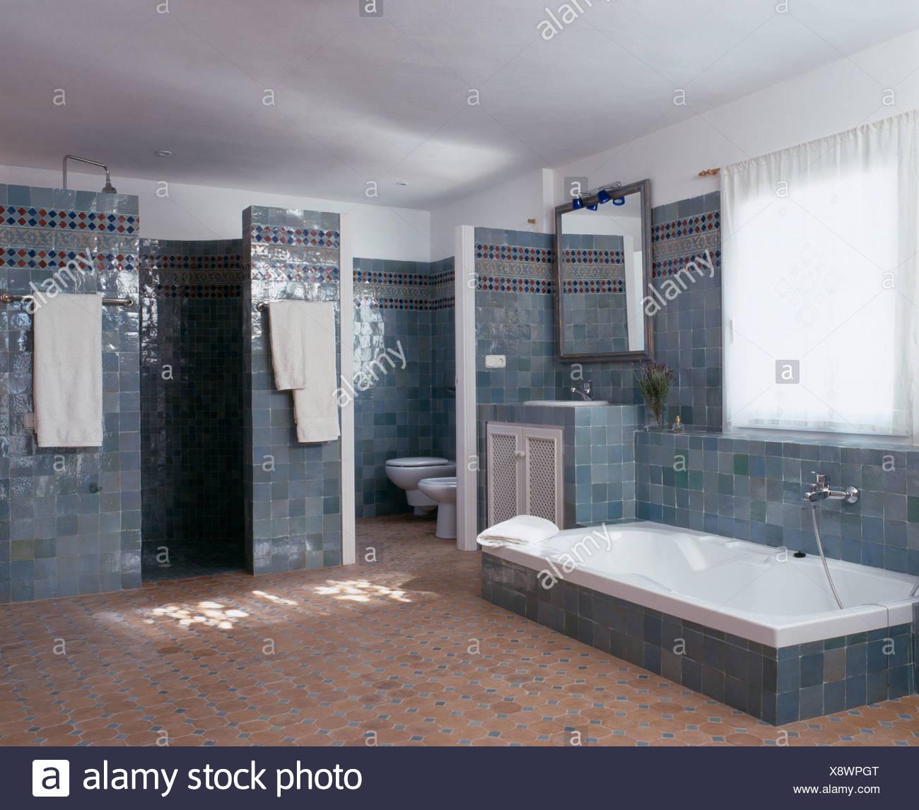 Baignoire encastrée dans le sol carrelé gris-bleu espagnol salle de ...