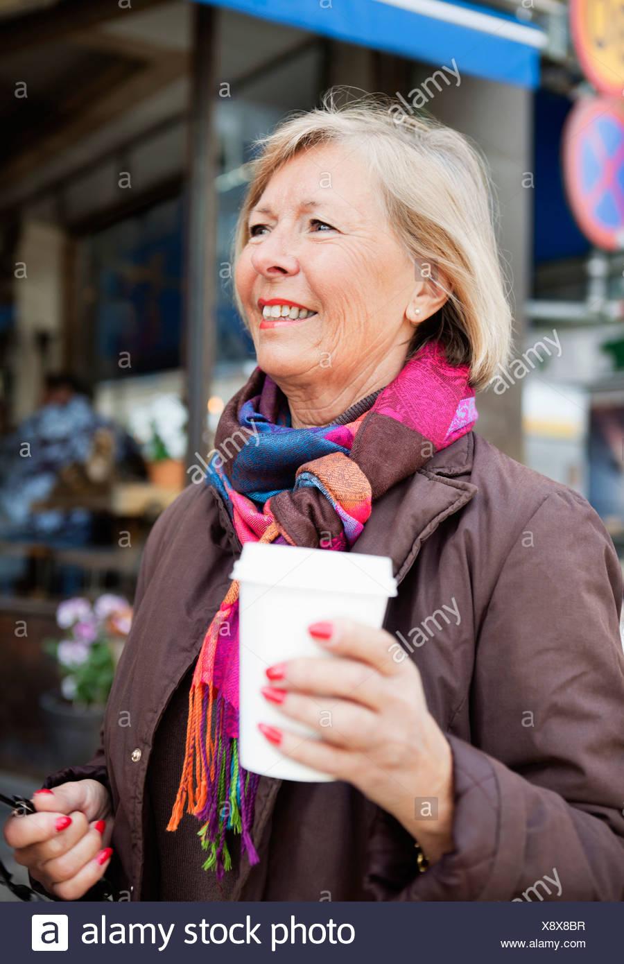 Femme avec du café à emporter Photo Stock