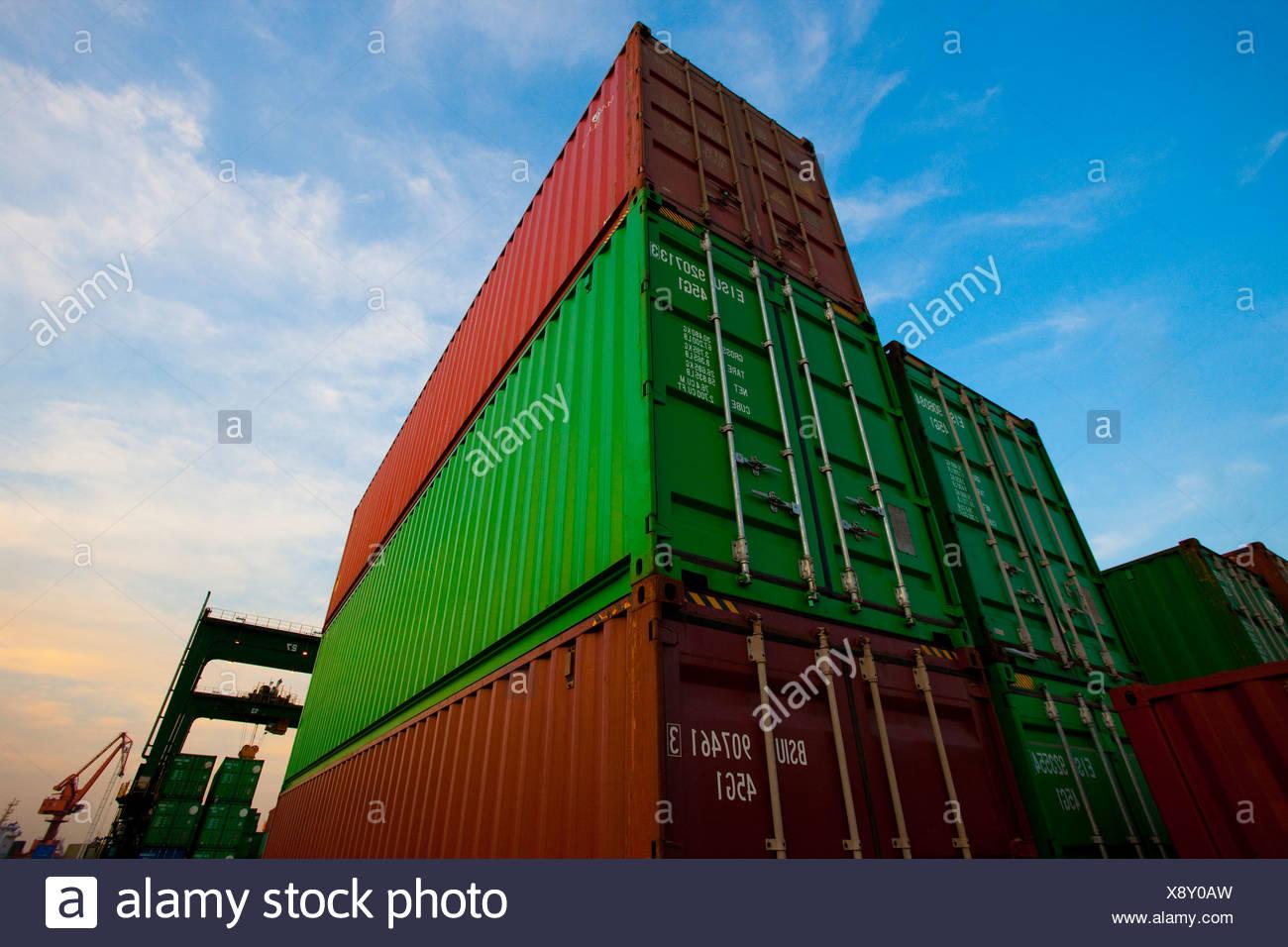Les conteneurs de fret au crépuscule Photo Stock
