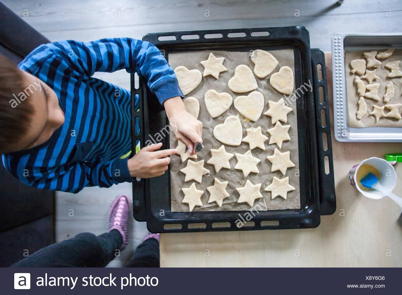 Jeune garçon faisant des cookies, overhead view Photo Stock