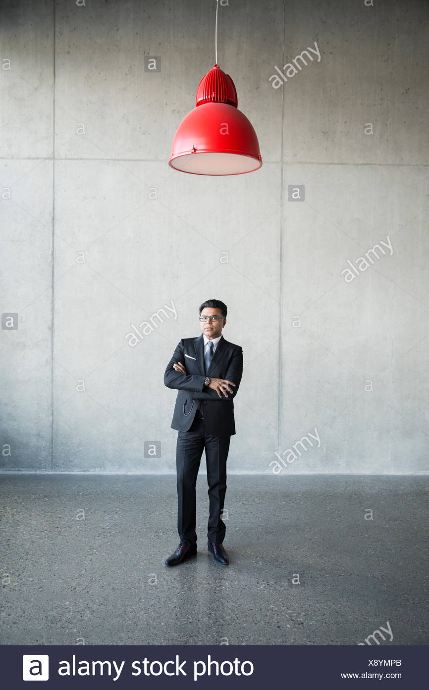 Serious businessman portrait sous la lampe rouge Photo Stock