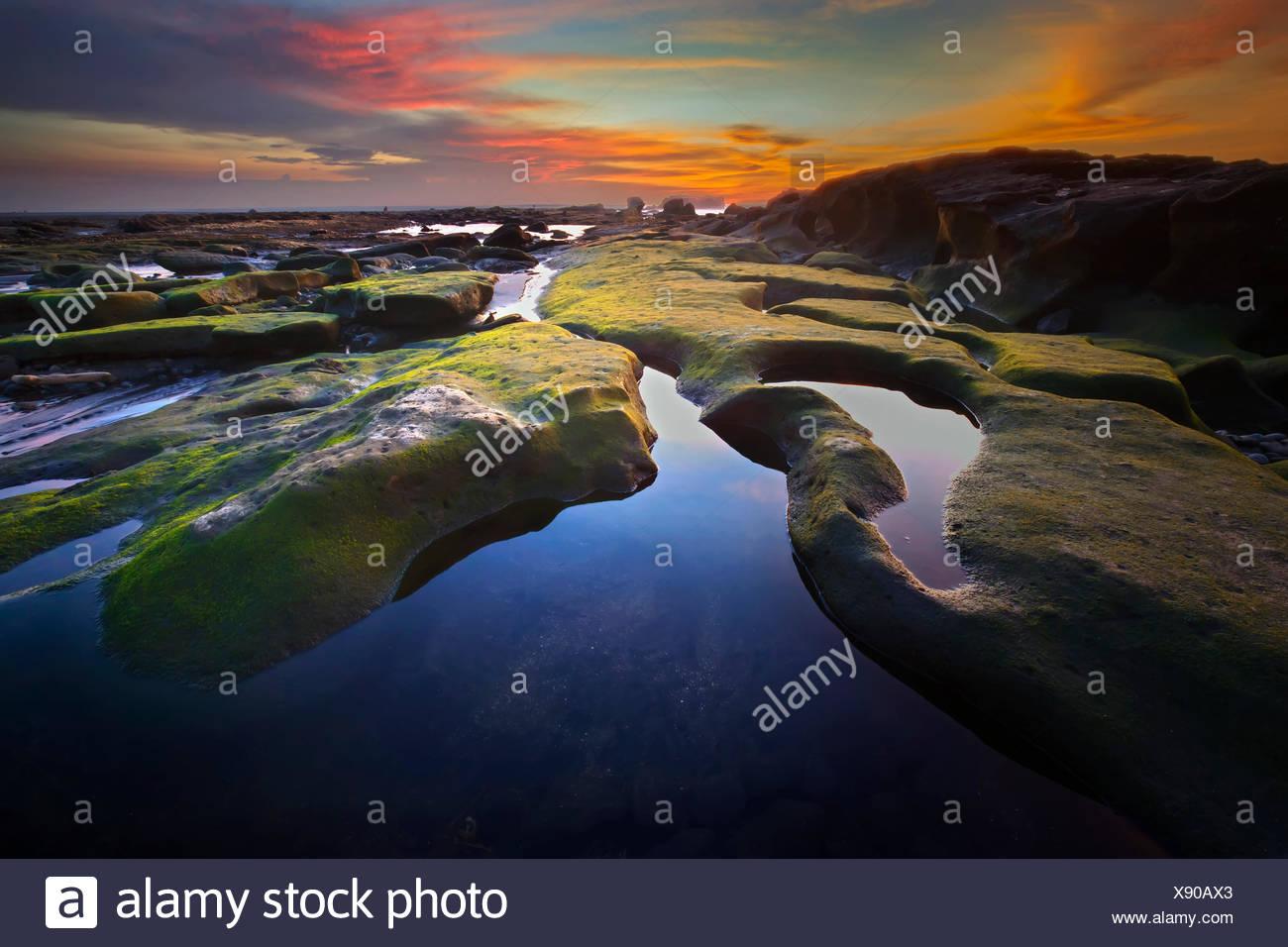 L'INDONÉSIE, Bali, Mengening Beach, Belle rock formation à mengening beach Photo Stock