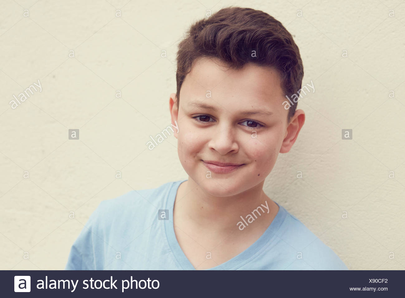 Portrait of boy in front of wall Photo Stock