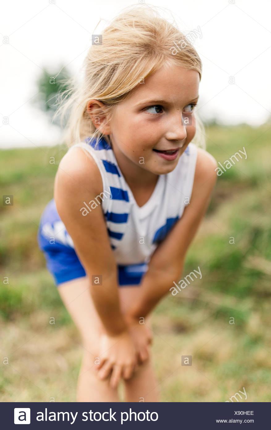 Portrait de jeune fille blonde en regardant quelque chose Photo Stock