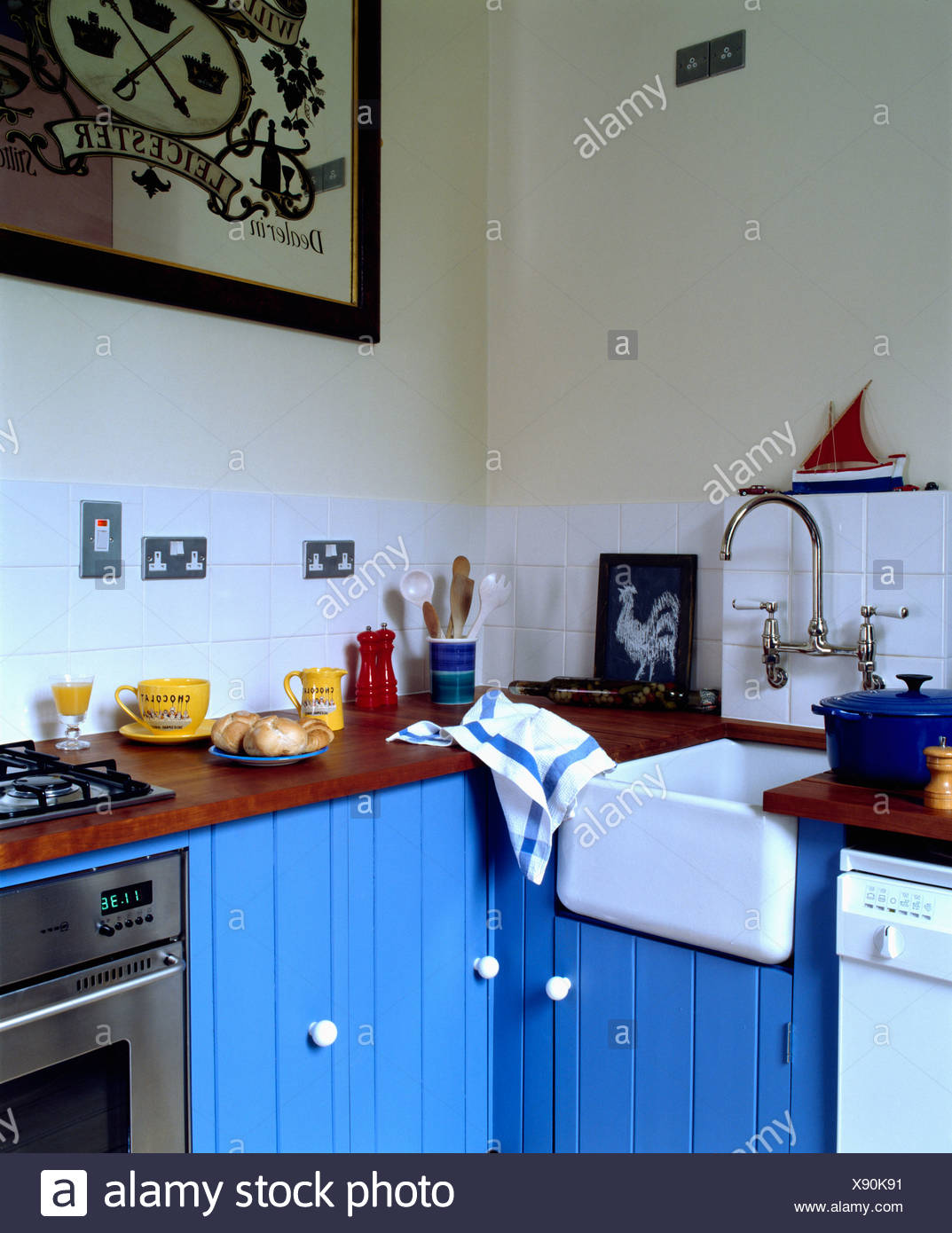 Évier en céramique peinte en bleu cuisine Banque D\'Images, Photo ...