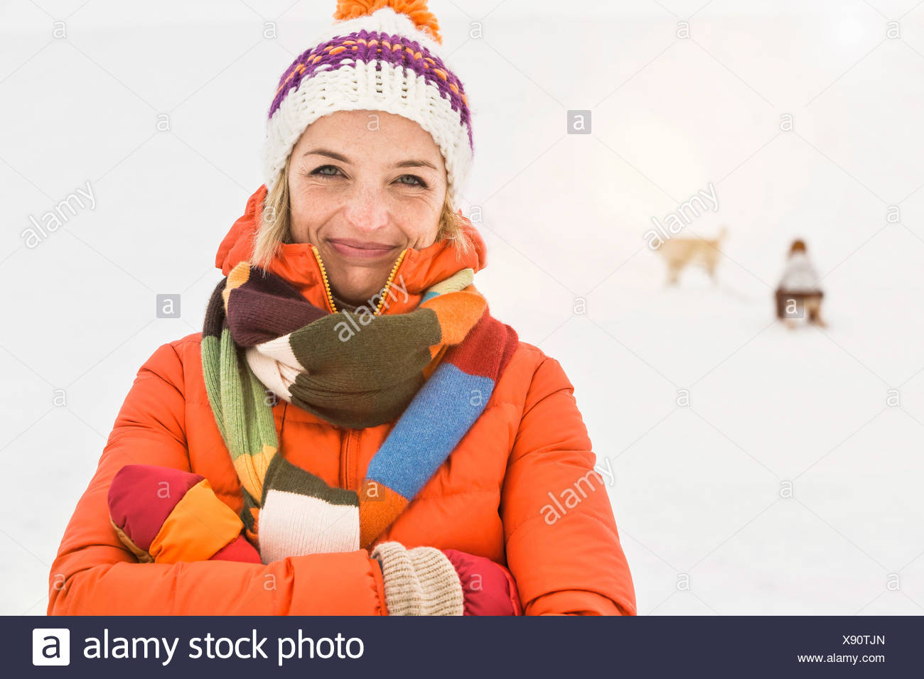 Woman wearing Knit hat et foulard rayé Photo Stock