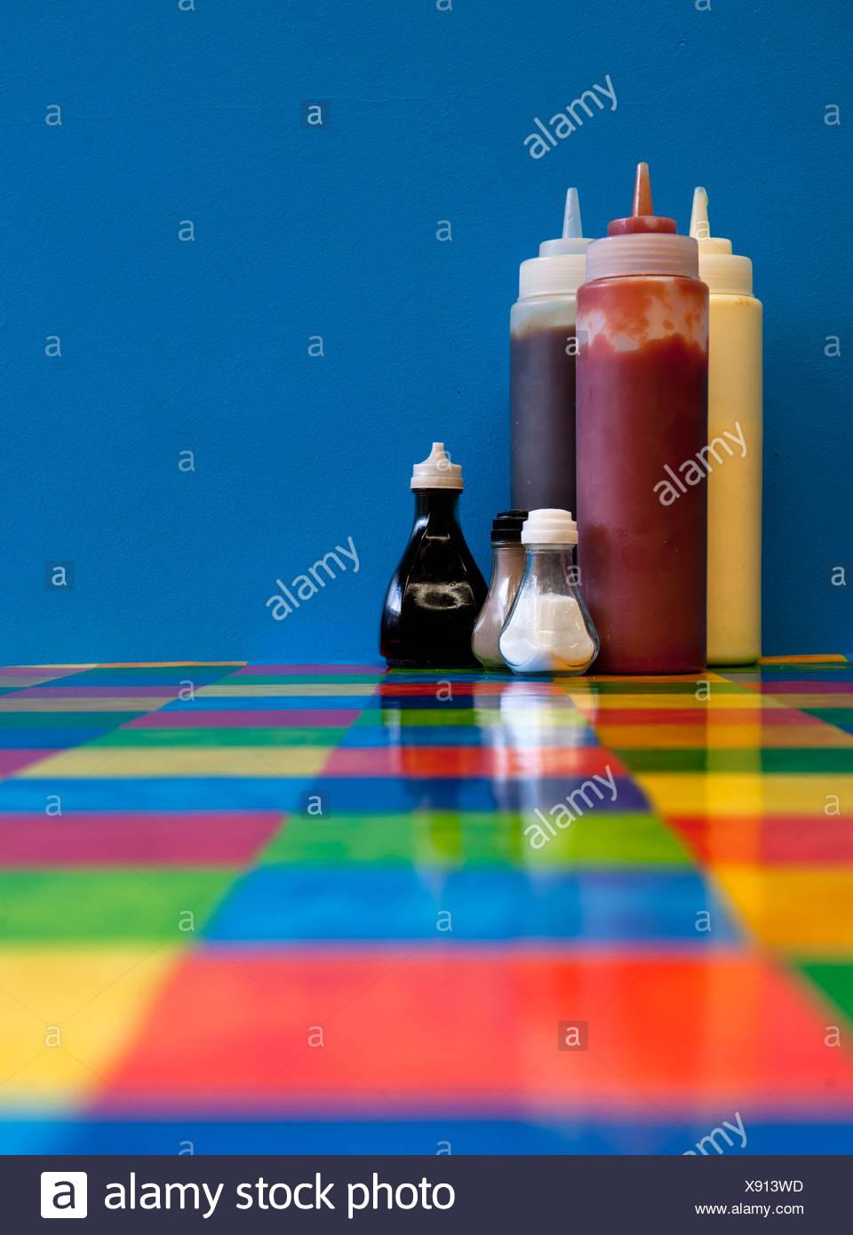 Condiments sur table de restaurant Photo Stock