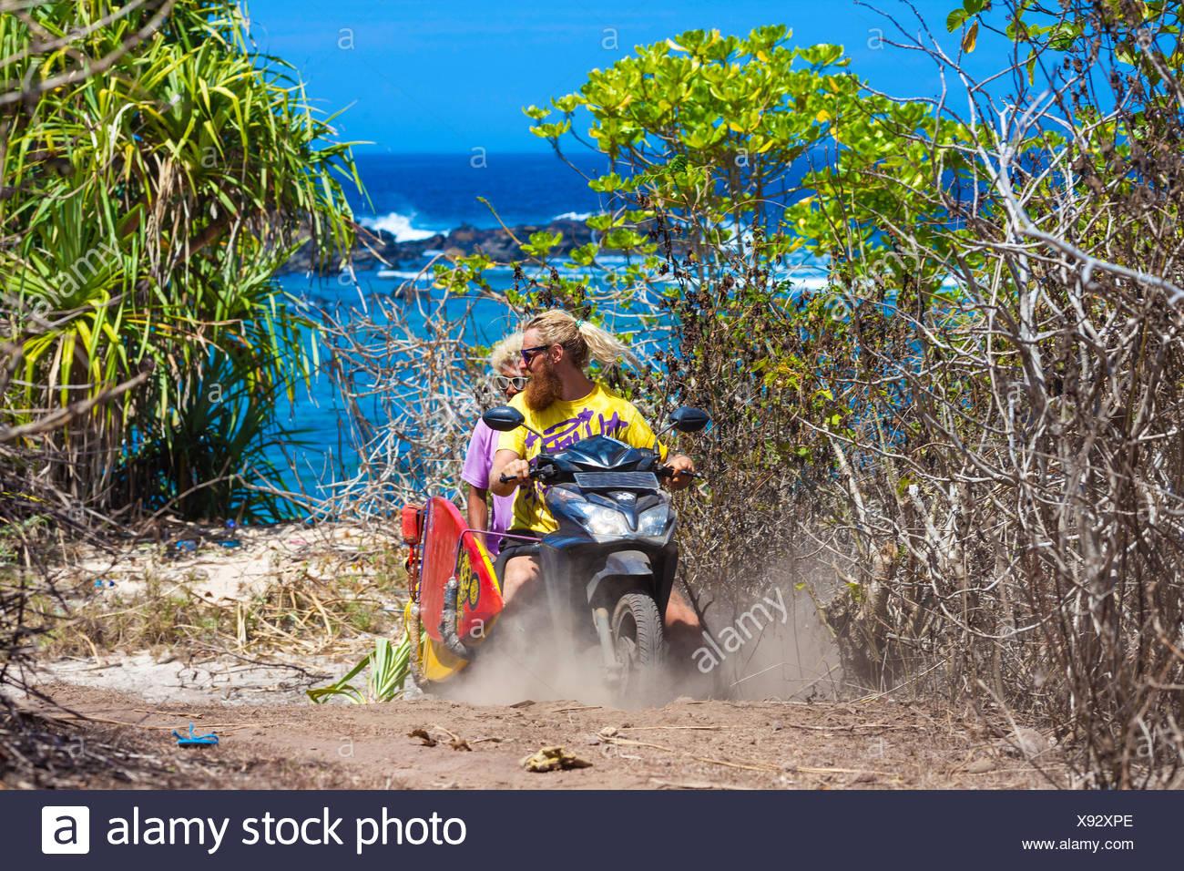 Deux internautes qui voyagent en vélo.Sumbawa island.L'Indonésie. Photo Stock