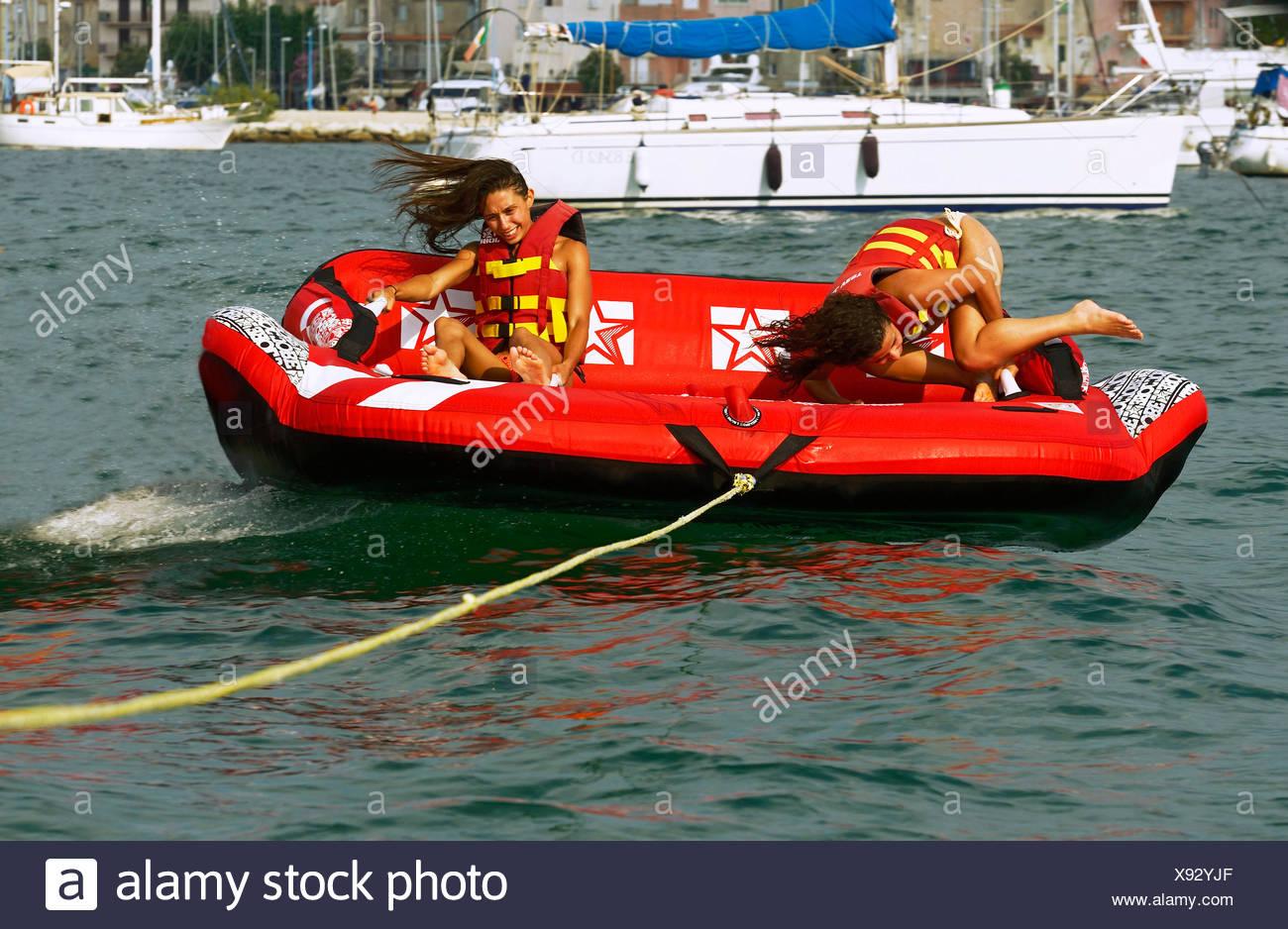 Deux filles sont être tiré sur l'eau avec une table d'air, France, Corse Banque D'Images