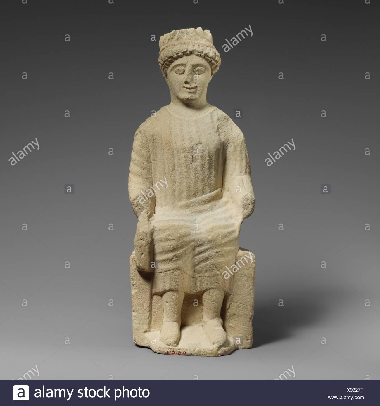 Statuette en pierre calcaire d'un homme imberbe votary assis. Période: Classical; Date: 2ème moitié du 5ème siècle avant J.C, Culture: moyen; chypriote: pierre calcaire; Banque D'Images