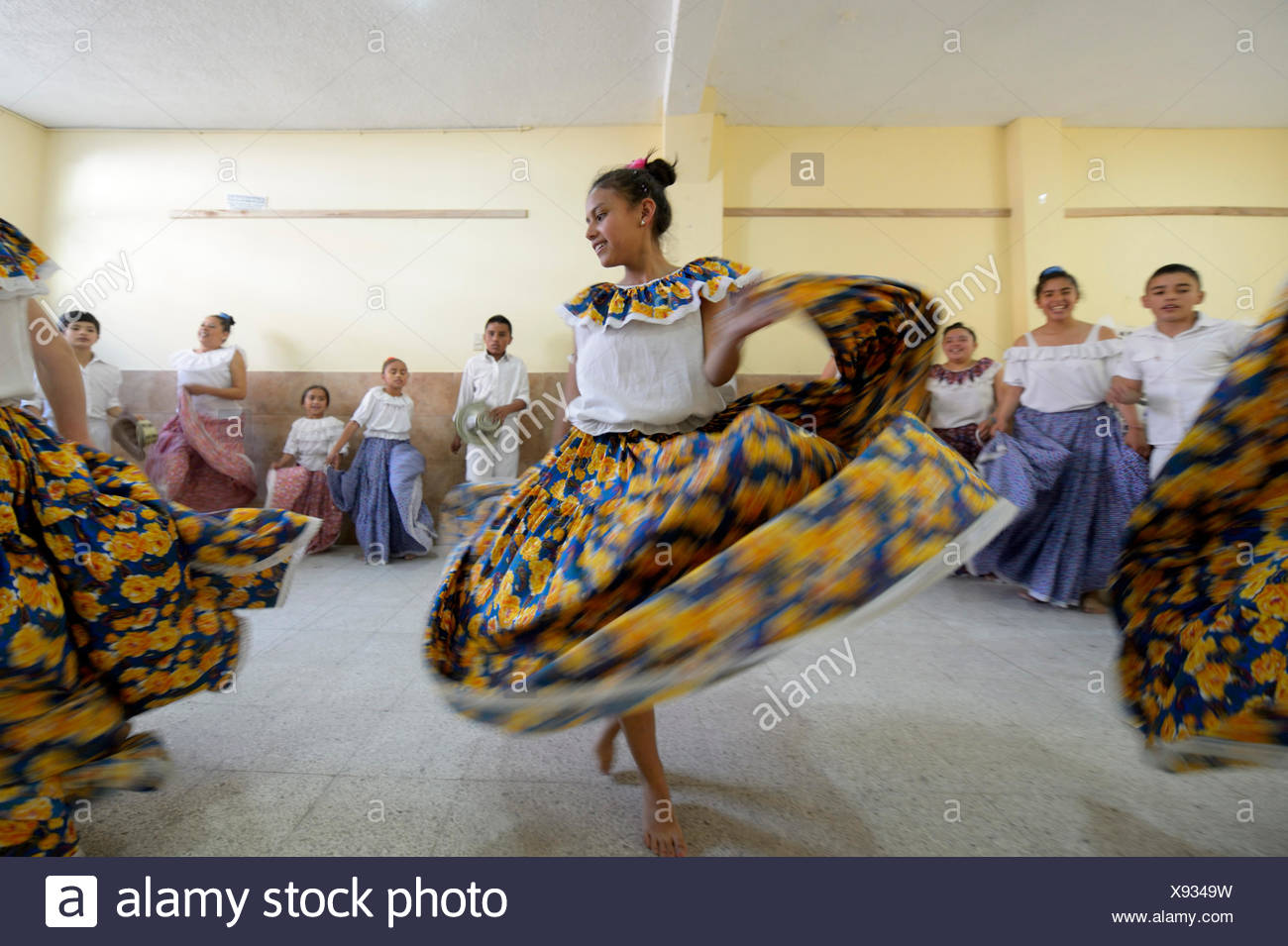 Jupe fille danser, voler, groupe de danse, danse folklorique, danse traditionnelle, Barrio San Martín, Bogotá, Colombie Photo Stock