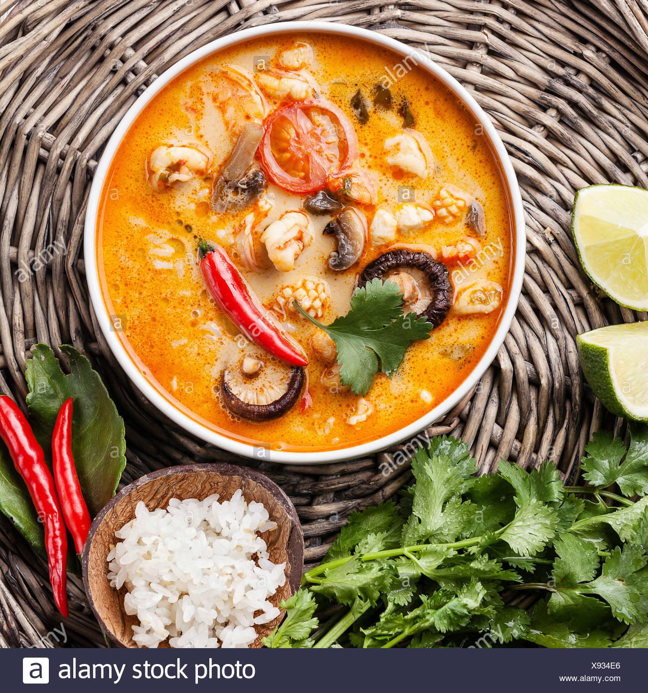 Soupe Thaï épicé Tom Yam au Lait de Coco, Piments et fruits de mer Photo Stock