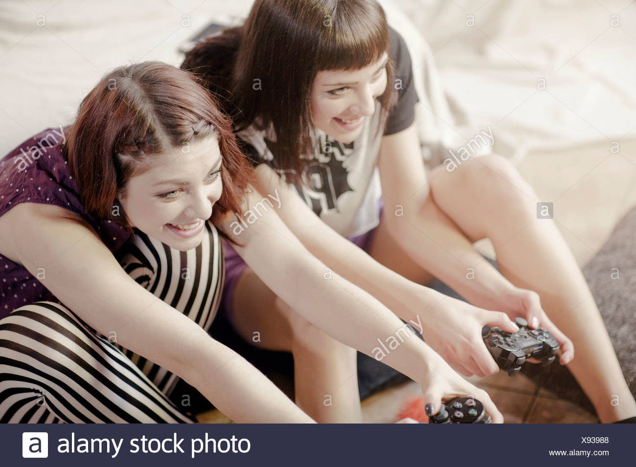 Deux jeunes femmes jouant des jeux vidéo Photo Stock