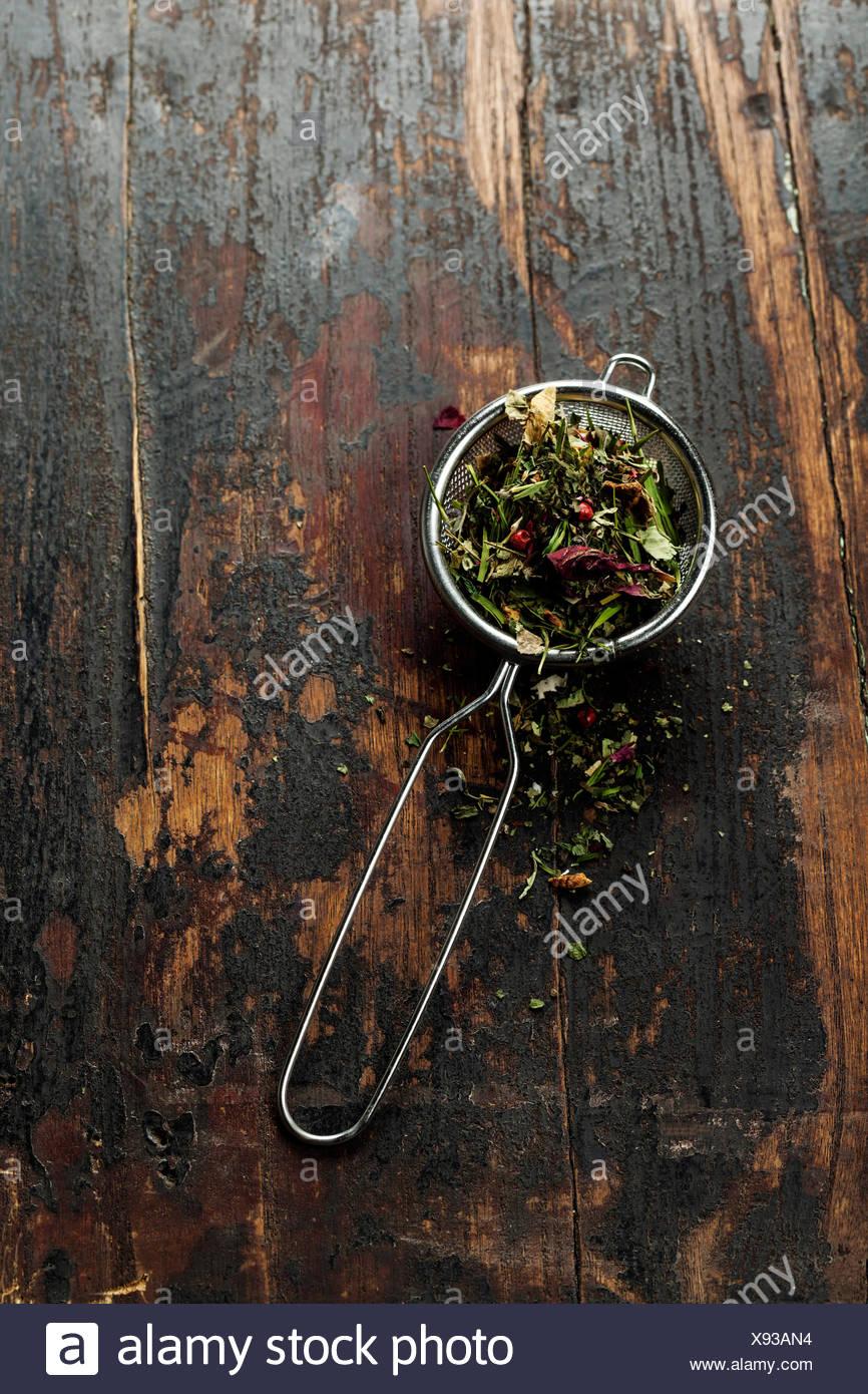 Plateau stainer avec aromatique sur fond de table en bois Photo Stock