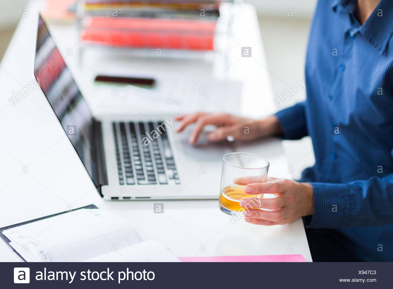 Alcool potable employé de bureau. Photo Stock