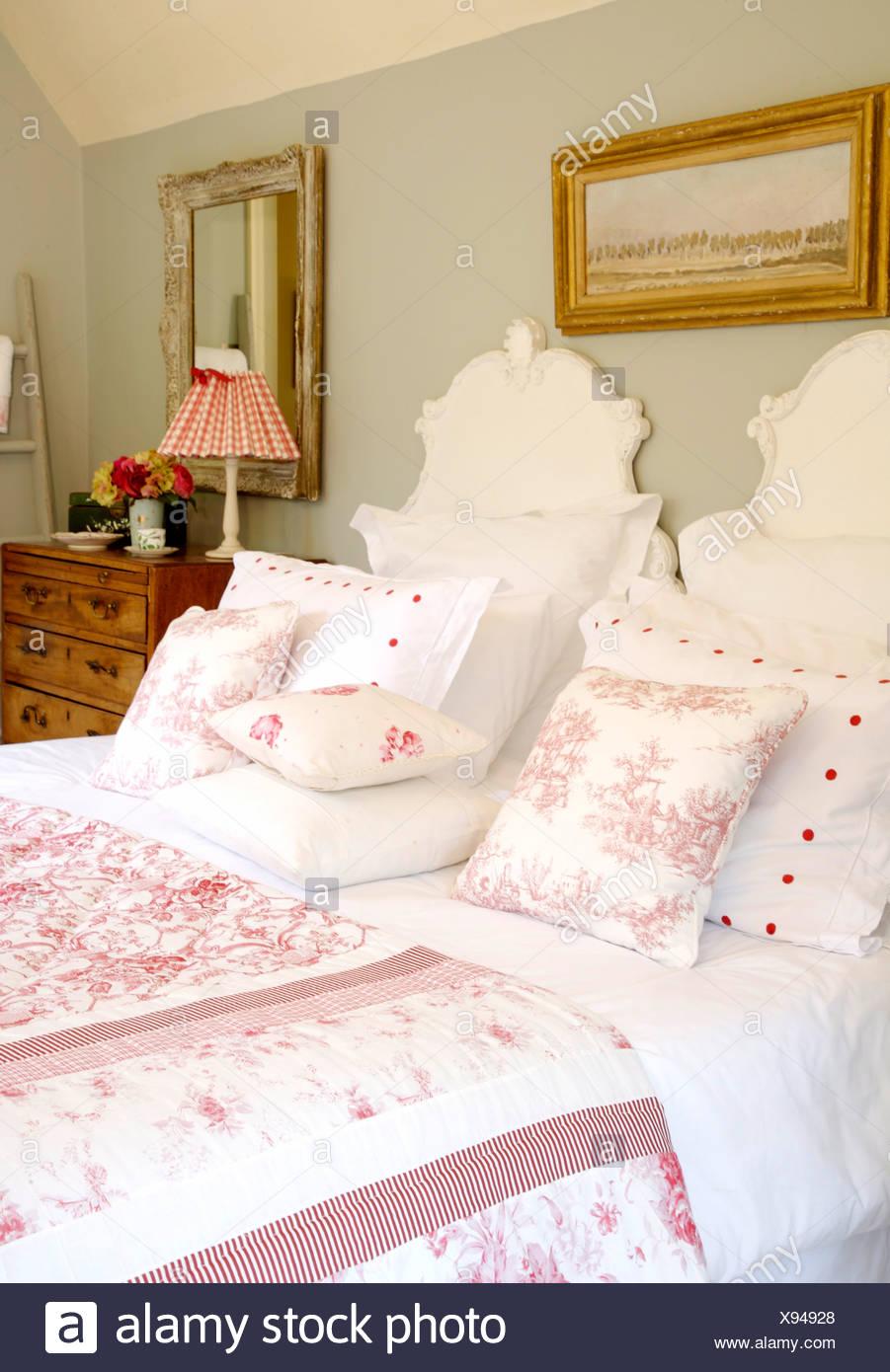 Oreillers blanc et rose Toile de Jouy coussins et couette sur lit ...