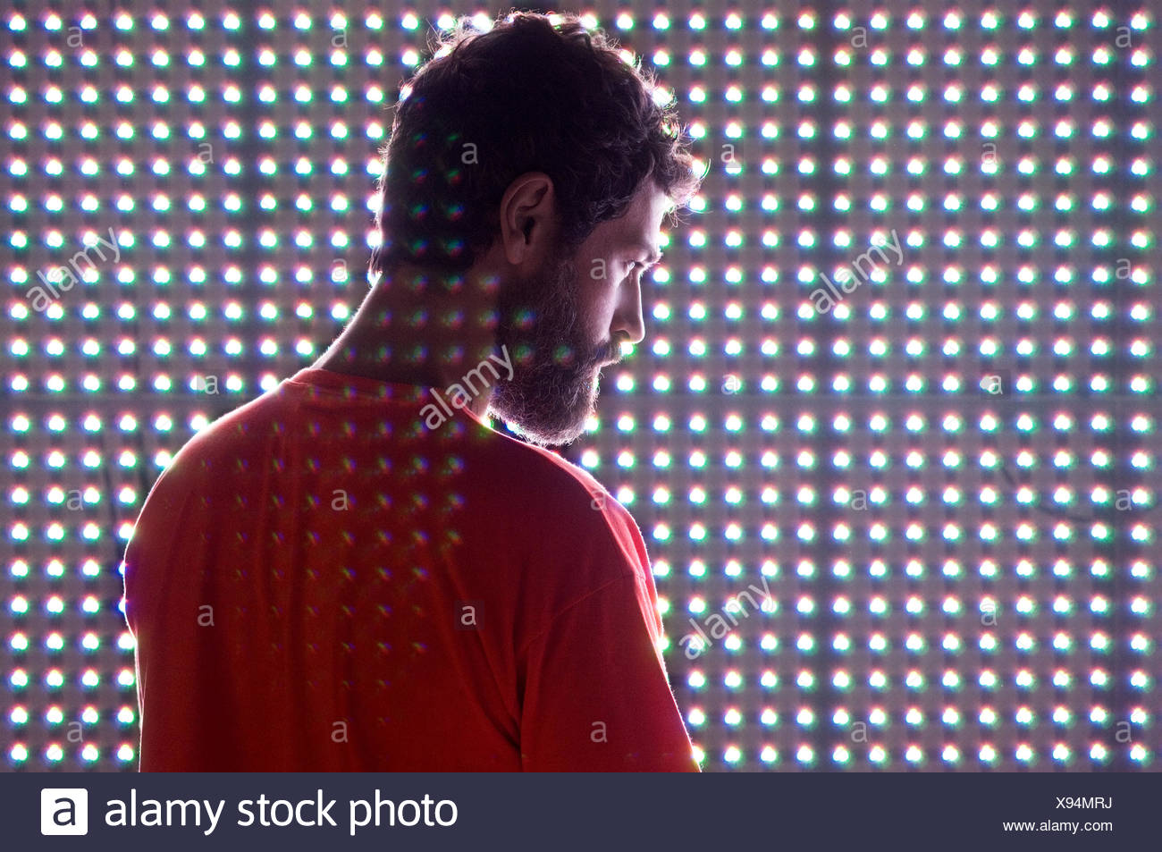 Homme debout en face de l'écran LED Photo Stock
