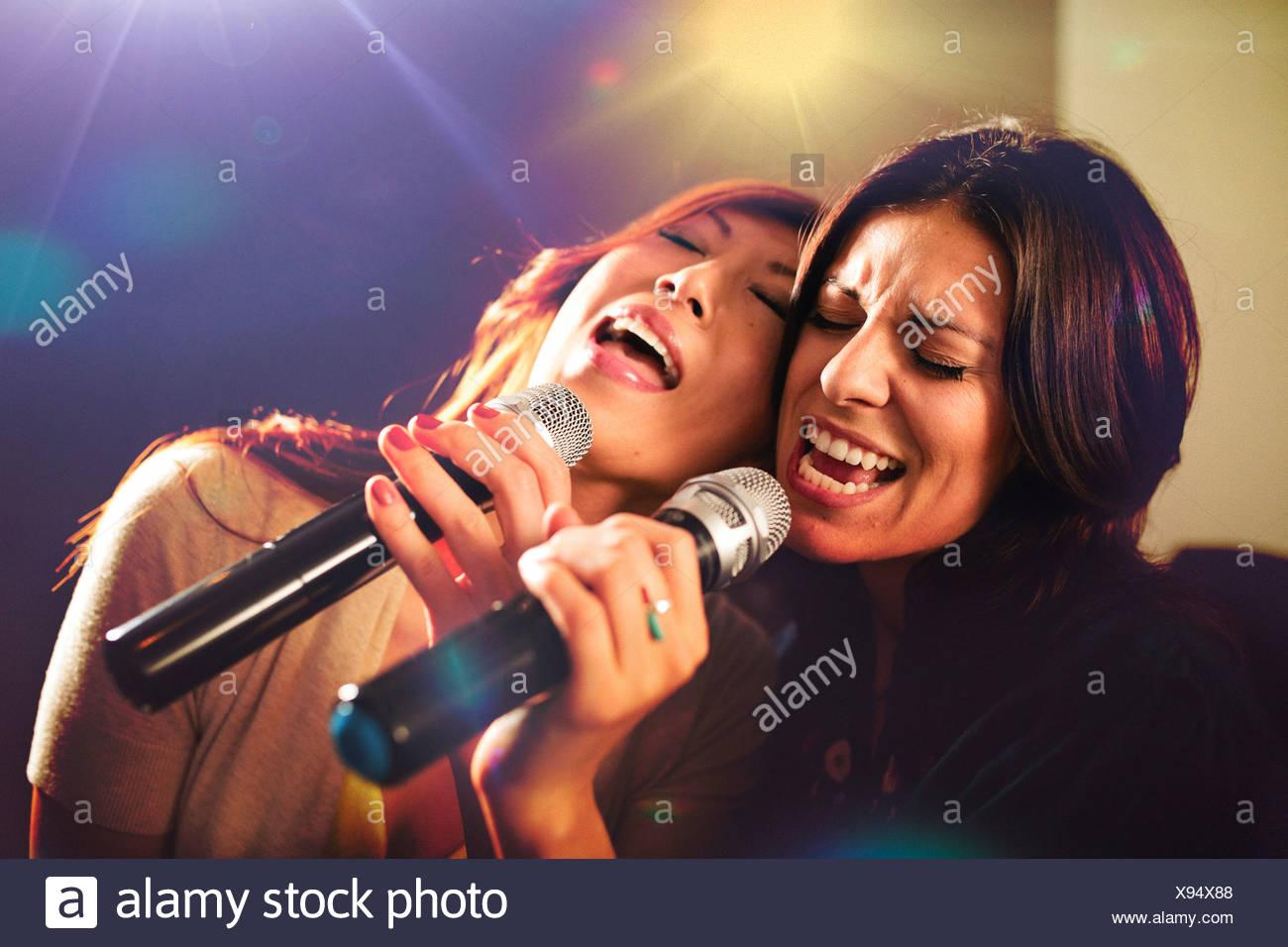 Deux femmes chantant karaoké. Photo Stock