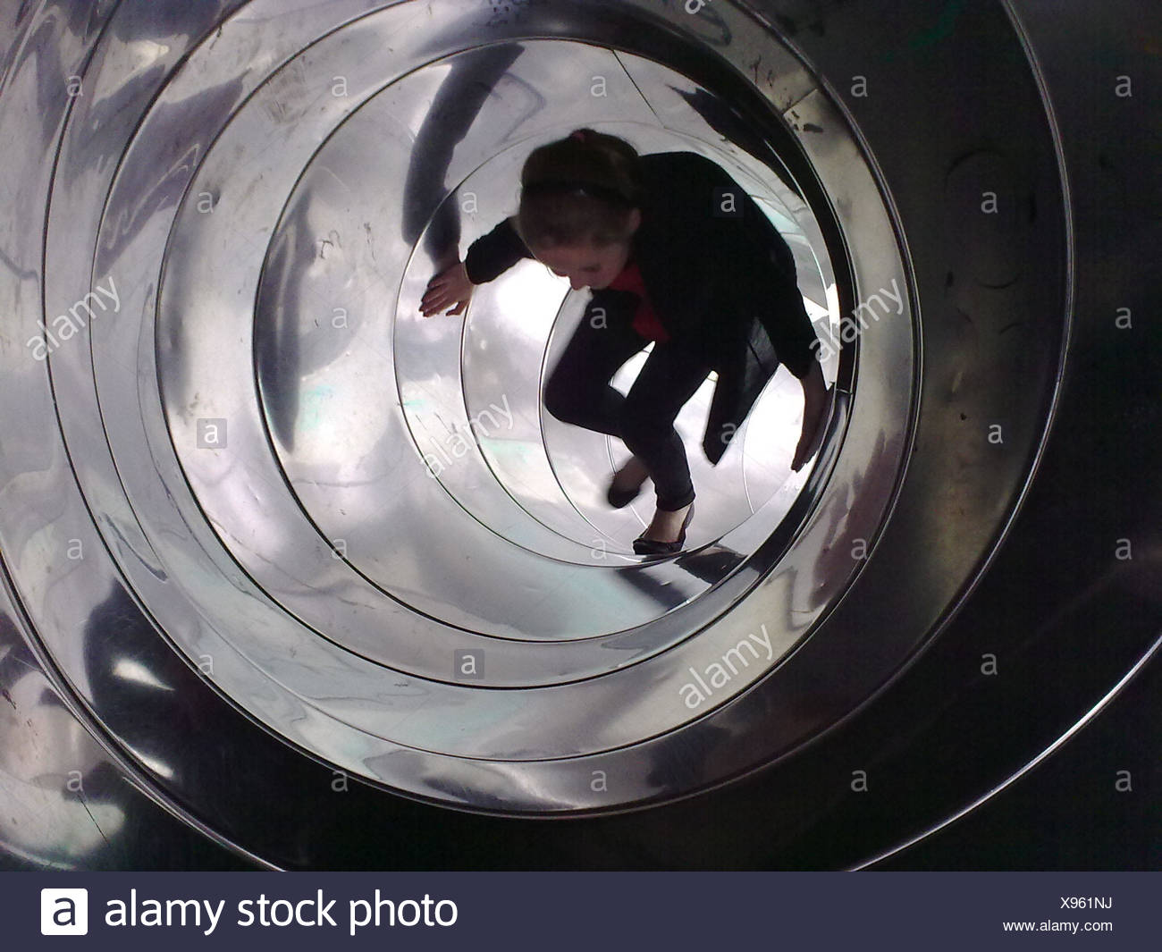 Teenage Girl Walking Tunnel intérieur Slide Photo Stock