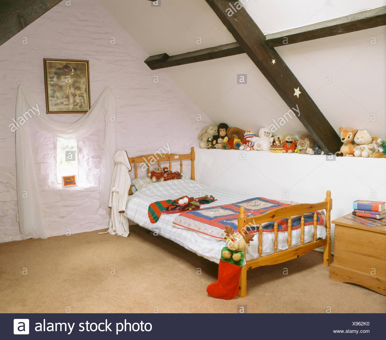 L\'enfant chambre mansardée avec lit bas de Noël sur le pin ...